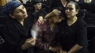 Des chrétiens coptes en deuil de leurs proches assassinés durant les funérailles organisées à la cathédrale Abu Garnous dans la ville du nord du pays de Maghagha, en Egypte, le 26 mai 2017 (Crédit : MOHAMED EL-SHAHED/AFP PHOTO)