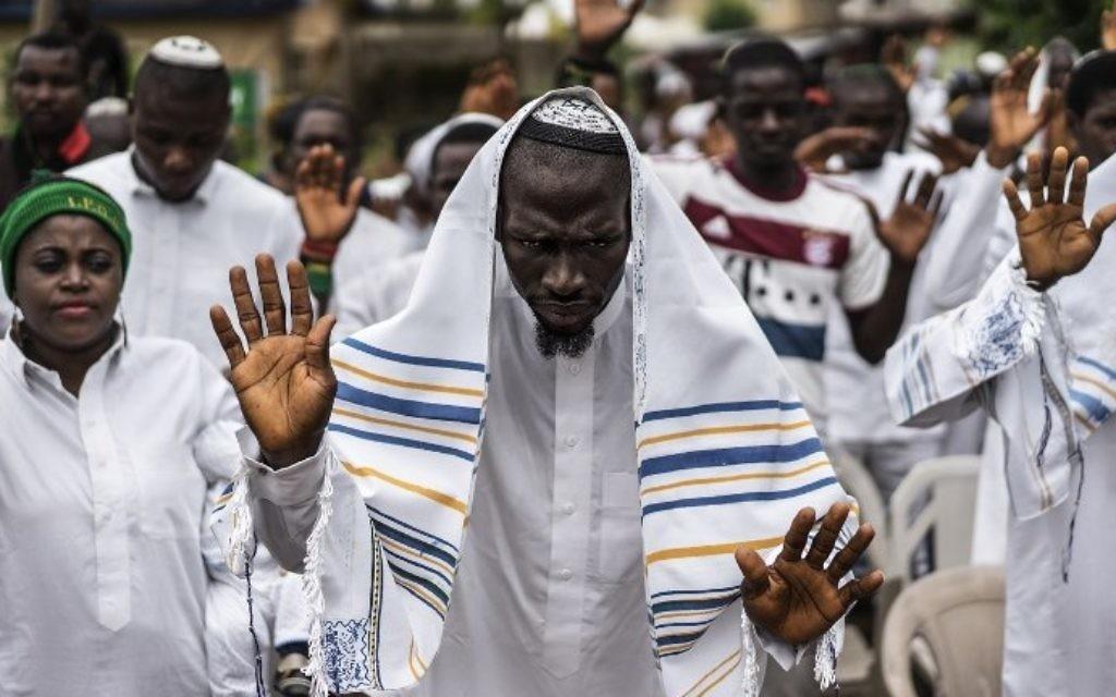 Partisans du Peuple indigène du Biafra et membres de la synagogue Yahveh Yashua célèbrent Shabbat à Umuahia, le 27 mai 2017. (Crédit : Marco Longari/AFP)