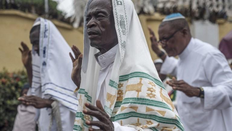 Partisans du Peuple indigène du Biafra et membres de la synagogue Yahveh Yashua célèbrent Shabbat devant la maison de leur leader, Nnamdi Kanu, à Umuahia, le 27 mai 2017. (Crédit : Stefan Heunis/AFP)