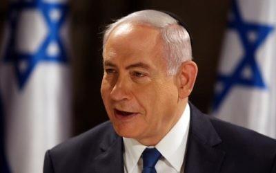 Le Premier ministre Benjamin Netanyahu lors d'une réunion du cabinet organisée dans les tunnels du mur Occidental, dans la Vieille Ville de Jérusalem, en l'honneur du 50e anniversaire de Yom Yeroushalayim, le 28 mai 2017. (Crédit : Gali Tibbon/AFP)