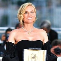 """L'actrice allemande Diane Kruger avec son prix d'interprétation pour le film """"Aus Dem Nichts"""", au 70e Festival de Cannes, le 28 mai 2017. (Crédit : Loïc Venance/AFP)"""