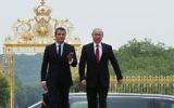 Le président français Emmanuel Macron et son homologue russe Vladimir Poutine au château de Versailles, le 29 mai 2017. (Crédit : François Mori/Pool/AFP)