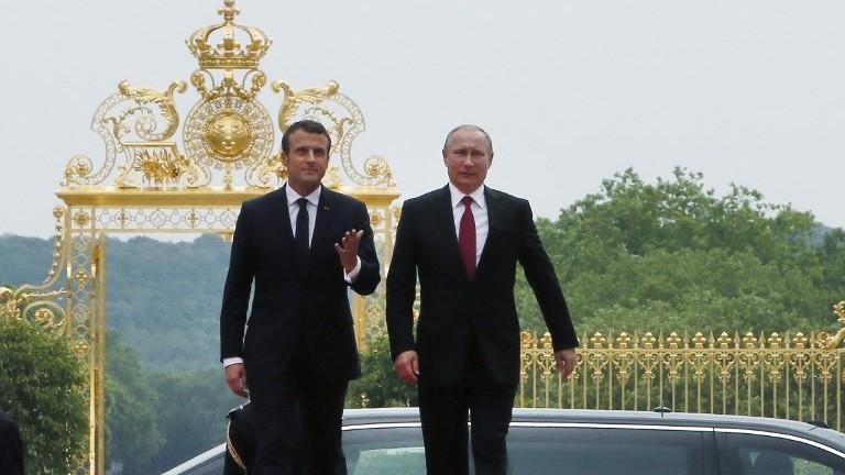 Le président français Emmanuel Macron, à gauche, et son homologue russe  Vladimir Poutine au château de Versailles, le 29 mai 2017. (Crédit : François Mori/Pool/AFP)