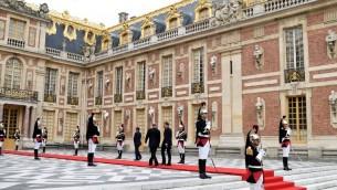 Le président russe Vladimir Poutine, à gauche, accueilli par le président français Emmanuel Macron  à son arrivée au château de Versailles, le 29 mai 2017. (Crédit : Stéphane de Sakutin/AFP)