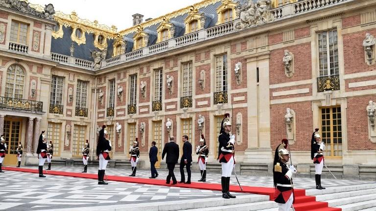 Le président russe Vladimir Poutine, à gauche, est accueilli par le président français Emmanuel Macron  à son arrivée au Palais de Versailles, près de Paris, le 29 mai 2017, en amont de leur rencontre (Crédit : / STEPHANE DE SAKUTIN/AFP PHOTO)