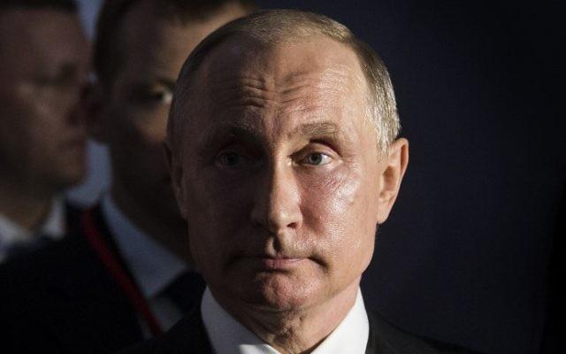 Le président russe Vladimir Poutine, pendant la visite de l'exposition sur l'empereur russe Pierre le Grand au château de Versailles, le 29 mai 2017. (Crédit : Etienne Laurent/AFP)