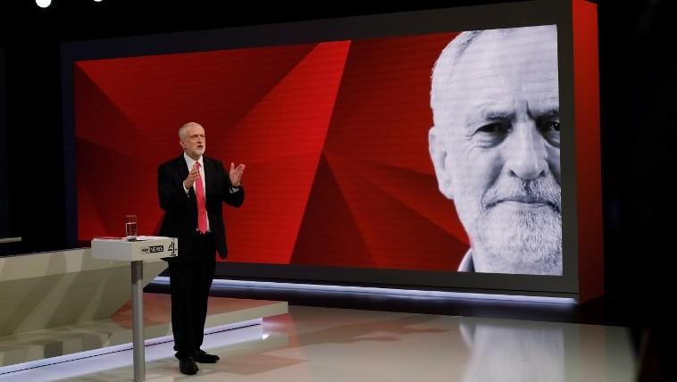 Le chef du parti travailliste britannique Jeremy Corbyn répond aux questions du public durant l'émission 'May v Corbyn Live: The Battle for Number 10,' diffusée par Sky News et Channel 4 aux Sky Studios de Londres, le 29 mai 2017. (Crédit : Stefan Rousseau/ Pool/AFP)