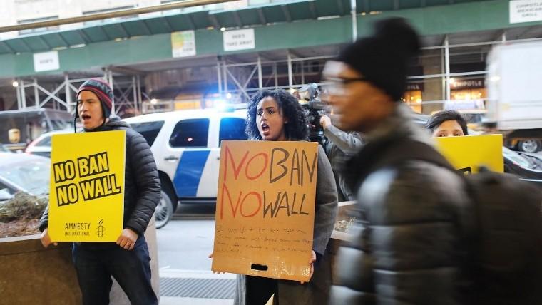 Manifestation contre la politique migratoire de Donald Trump, devant le département de la Sécurité intérieure à New York, le 6 février 2017. (Crédit : Spencer Platt/Getty Images/AFP)