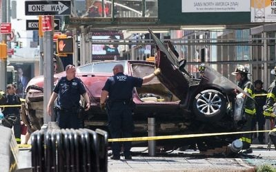 Une voiture qui a renversé des piétons à Times Square, faisant au moins 13 blessés, à New York, le 18 mai 2017. (Crédit : Drew Angerer/Getty Images/AFP)
