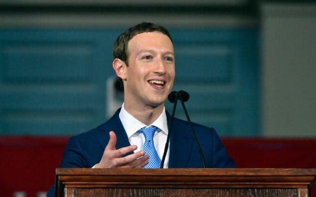 Le fondateur de Facebook, Mark Zuckerberg, pendant un discours adressé aux étudiants de la promotion 2017 de Harvard à Cambridge, Massachusetts, le 25 mai 2017. (Crédit : Paul Marotta/Getty Images/AFP)