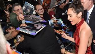L'actrice Gal Gadot lors de la Première de 'Wonder Woman' au Pantages Theatre de Hollywood, en Californie, le 25 mai 2017 (Crédit : Alberto E. Rodriguez/Getty Images/AFP)