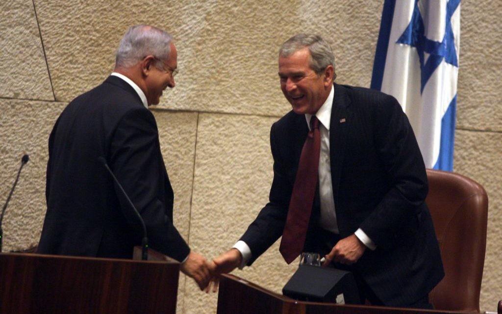 Le président américain George W. Bush avec Benjamin Netanyahu, alors chef de l'opposition, à la Knesset, le 15 mai 2008. Bush avait prononcé un discours marquant le 60e anniversaire de l'Etat juif. (Crédit : Lior Mizrahi/Pool/Flash90)