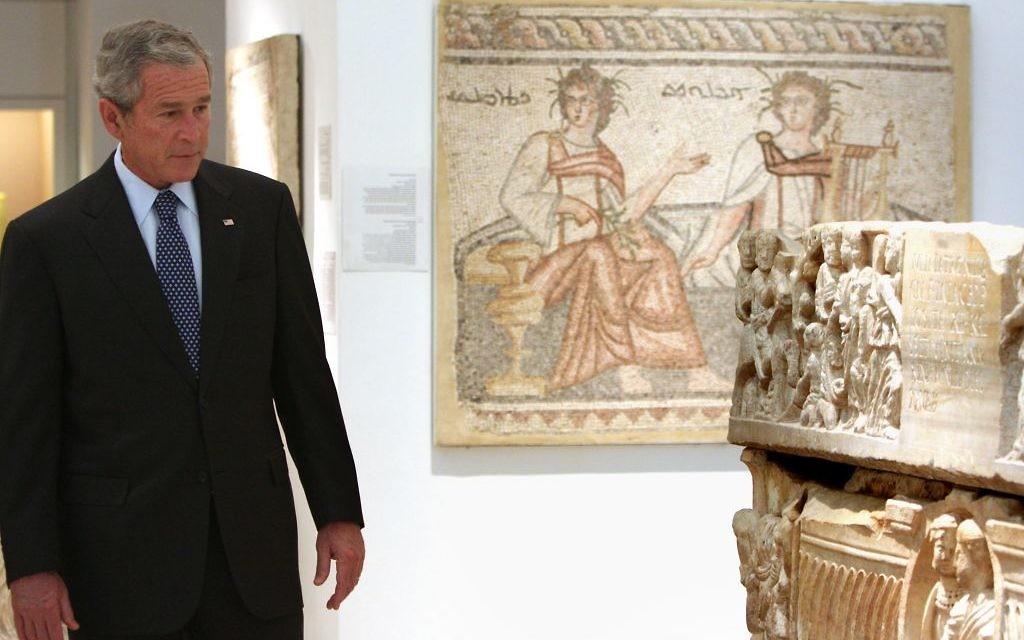 Le président américain George W. Bush pendant une visite du musée de la Terre de la Bible à Jérusalem, le 16 mai 2008. (Crédit : Ancho Gosh/Flash90)