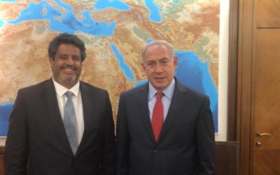 Le Premier ministre Benjamin Netanyahu, à droite, avec le député français sortant de la 8e circonscription des Français de l'étranger, Meyer Habib (LR-UDI), dans les bureaux du Premier ministre à Jérusalem, le 15 mai 2017. (Crédit : autorisation)