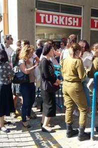 File d'attente devant le bureau de vote du Consulat français rue Ben Yehouda à Tel Aviv, le 7 mai 2017. (Crédit : Dahlia Perez)