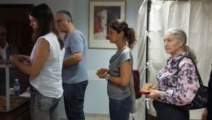 L'un des bureaux de vote du Consulat français de Tel Aviv, le 7 mai 2017. (Crédit : Dahlia Perez)