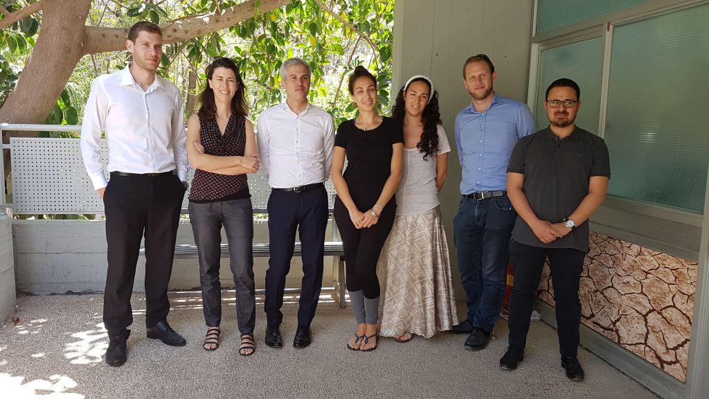 Benjamin Djiane avec l'équipe de Gvahim et de  l'incubateur de start-ups The Hive à Tel Aviv, en Israël, le 11 mai 2017. (Crédit : autorisation)