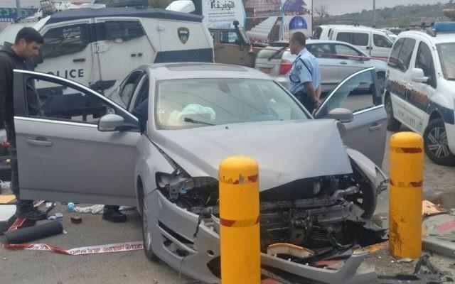 La voiture utilisée pour une attaque terroriste présumée contre un arrêt de bus du carrefour Etzion, en Cisjordanie, le 15 mars 2017. (Crédit : unité des porte-paroles de l'armée israélienne)
