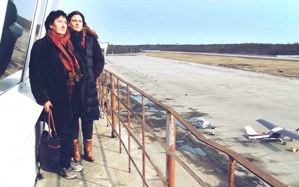 Anat Zalmanson-Kuznetsov et sa mère  Sylva Zalmanson à l'aéroport duquel les parents de la réalisatrice avaient tenté de s'échapper  (Autorisation/Franz Koch/ Israel Broadcasting Authority)