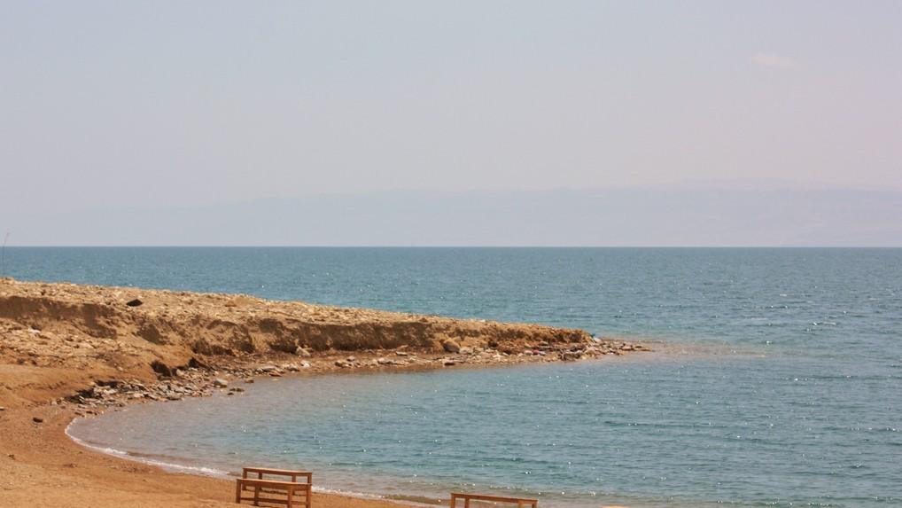La mer Morte du côté de la Jordanie (Crédit : CC BY jemasmith, Flickr)