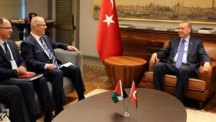 La délégation palestinienne, à gauche, dont Rami Hamdallah, Premier ministre de l'Autorité palestinienne, avec le président turc Recep Tayyip Erdogan à Istanbul, le 8 mai 2017. (Crédit : Wafa)