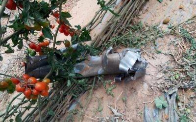 Restes d'une roquette tirée depuis la péninsule du Sinaï qui a frappé une serre à Yuval, dans la région d'Eshkol, le 10 avril 2017. (Crédit : police israélienne)