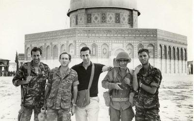 Abraham Rabinovich (au centre) sur le mont du Temple, 1967 (Crédit: Photo de l'auteur)