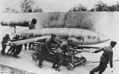 Des soldats allemands se préparent à tirer une fusée V1 en 1944. Illustration. (Crédit : PK-Lysiak/Transocean-Europapress German Federal Archive via WikiCommons)