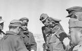 Erwin Rommel et son équipe près d'El Agheila, le 12 janvier 1942. (Crédit : By Bundesarchiv, Bild 183-1982-0927-503/Zwilling, Ernst A. /CC BY-SA 3.0/WikiCommons)