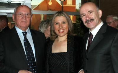 Susan Polgar, grand maître d'échecs avec Mikhail Gorbachev, à sa gauche, et le traducteur Pavel Palazhchenko. (Crédit : autorisation)