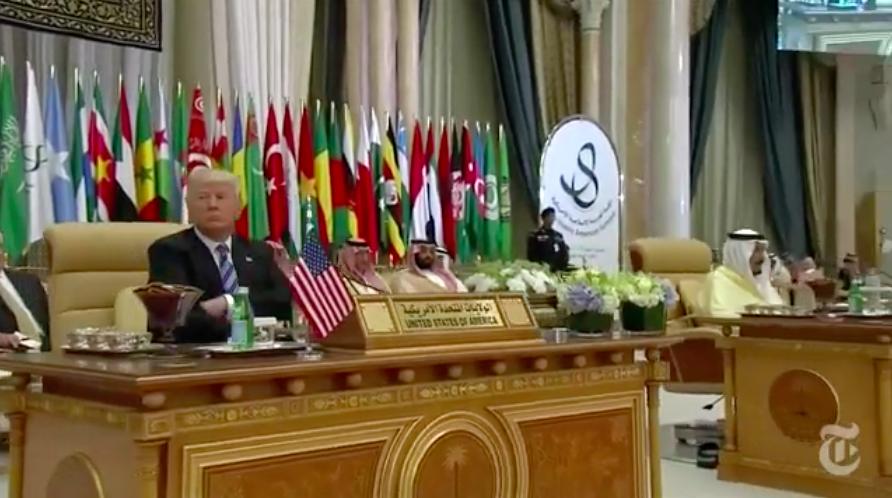 Le président américain Donald Trump pendant le sommet arabo-islamico-américain à Riyad, en Arabie saoudite, le 21 mai 2017. (Crédit : capture d'écran YouTube)