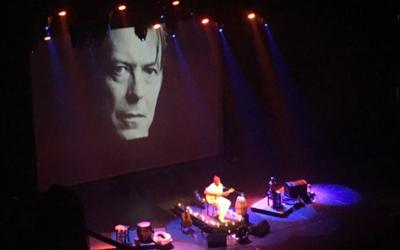 Seu Jorge chante David Bowie à l'Opéra d'Israël, le 22 mai 2017 (Crédit : Stephanie Bitan/Times of Israel)