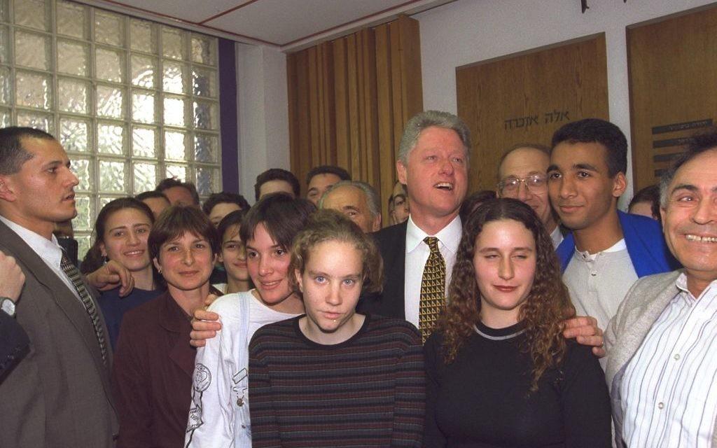 Le président américain Bill Clinton avec des élèves du lycée Beit Hinuch de Jérusalem, en mars 1996. (Crédit : Avi Ohayun/GPO)