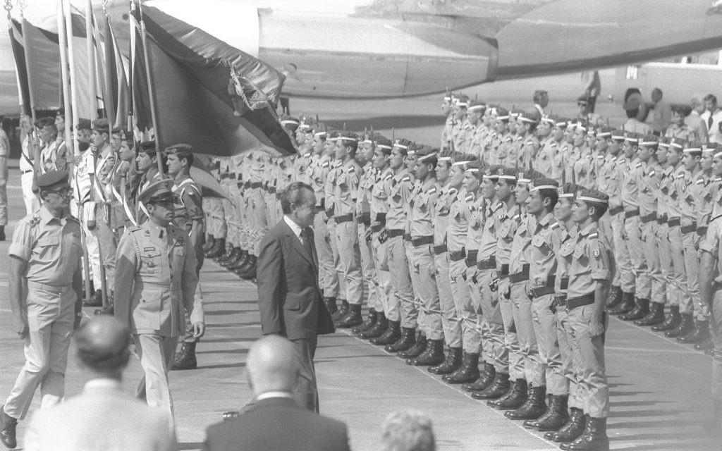 Le président américain Richard Nixon inspectant une garde d'honneur des cadets de l'aviation à l'aéroport Ben Gurion, en 1974. (Crédit : Yaacov Saar/GPO)