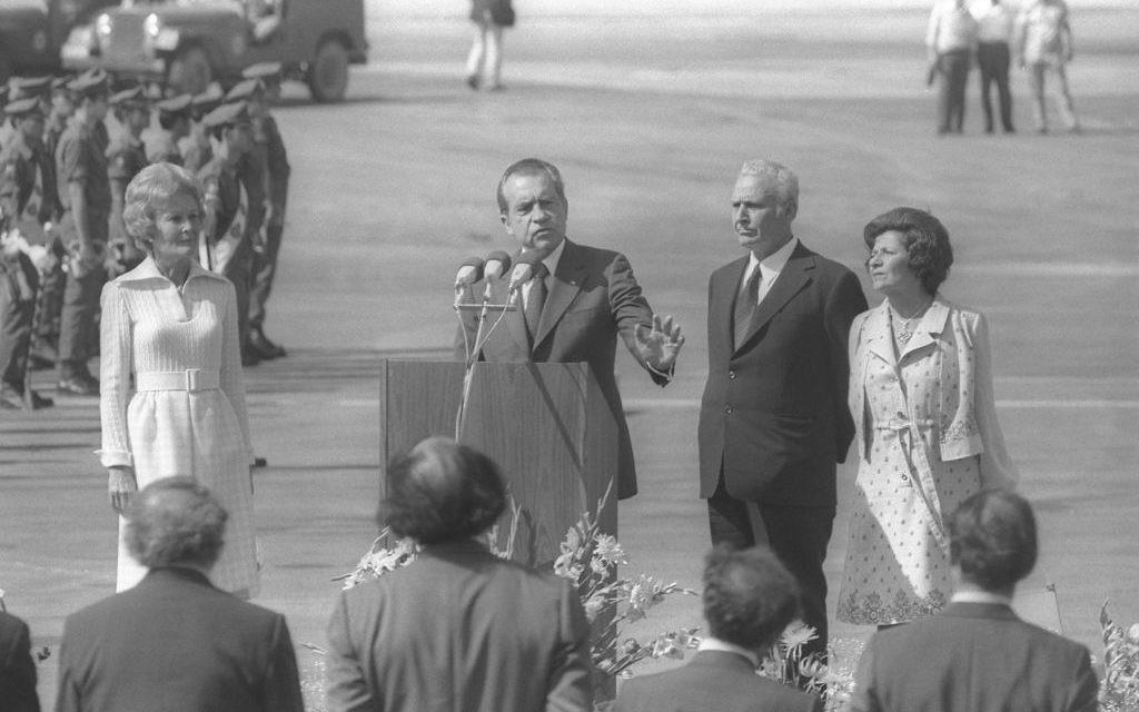 Le président américain Richard Nixon pendant sa cérémonie d'accueil à l'aéroport Ben Gurion, en 1974. (Crédit : Yaacov Saar/GPO)