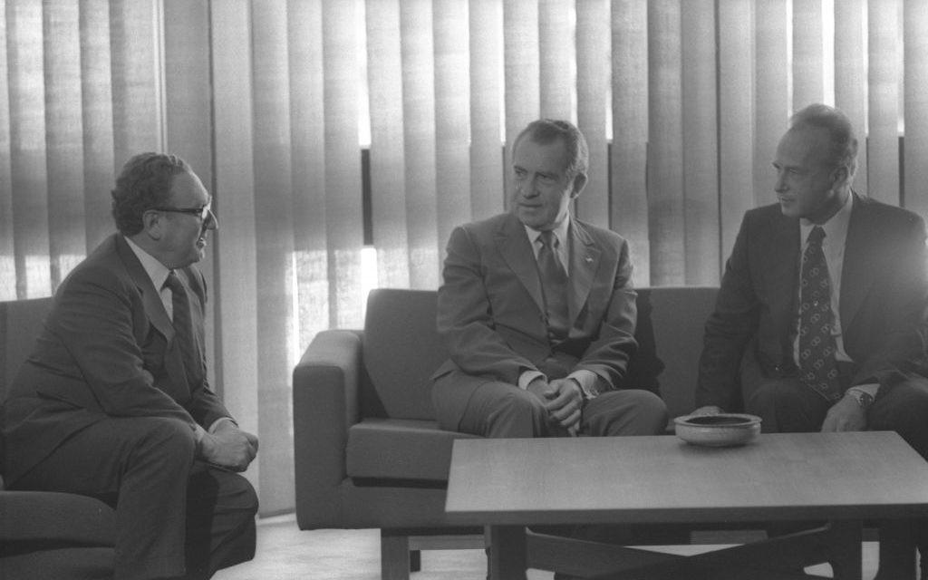 Le président américain Richard Nixon, au centre, avec le Premier ministre Yitzhak Rabin et le secrétaire d'Etat américain Henry Kissinger à l'hôtel King David Hotel de Jérusalem, en juin 1974. (Crédit : Yaacov Saar/GPO)