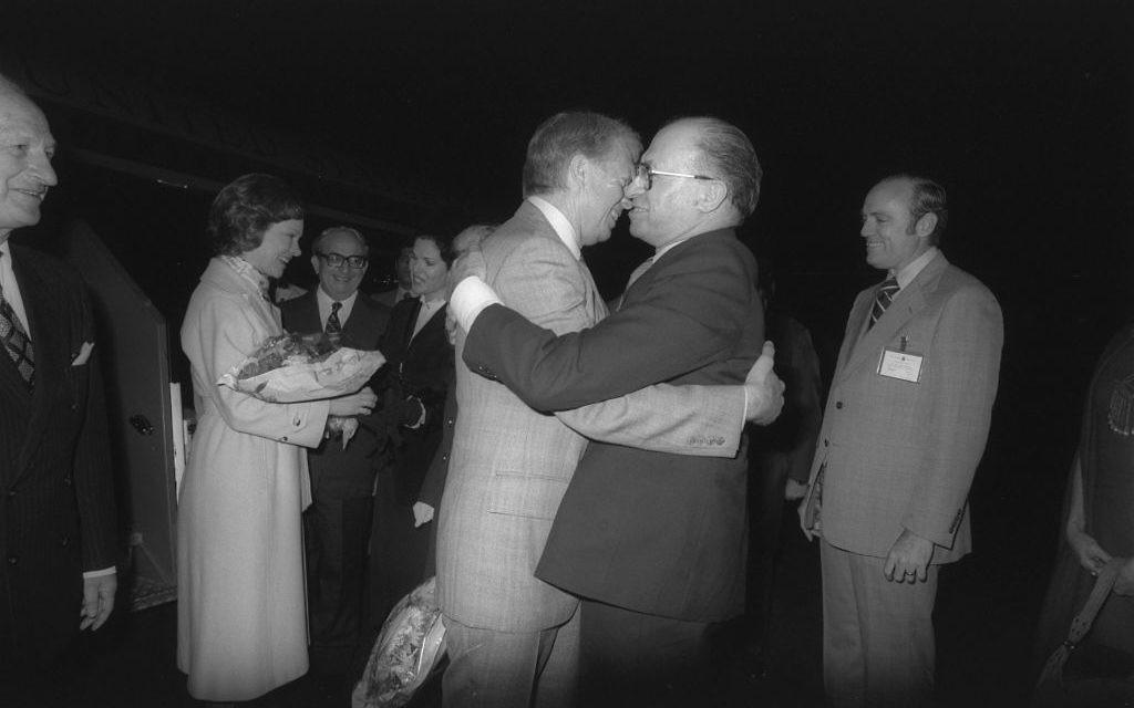 Le Premier ministre Menachem Begin accueille le président américain Jimmy à l'aéroport Ben Gurion, en mars 1979. (Crédit : Yaakov Saar/GPO)