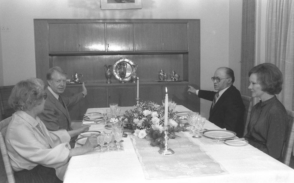Le président américain Jimmy Carter, à gauche, avec le Premier ministre Menachem Begin et leurs épouses à la résidence du Premier ministre à Jérusalem, en mars 1979. (Crédit : Yaacov Saar/GPO)
