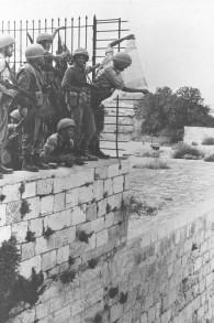 Des parachutistes israéliens mettant le drapeau national sur le mur du mont du Temple au-dessus du mur Occidental à Jérusalem pendant la guerre des Six jours (Crédit : Government Press Office)