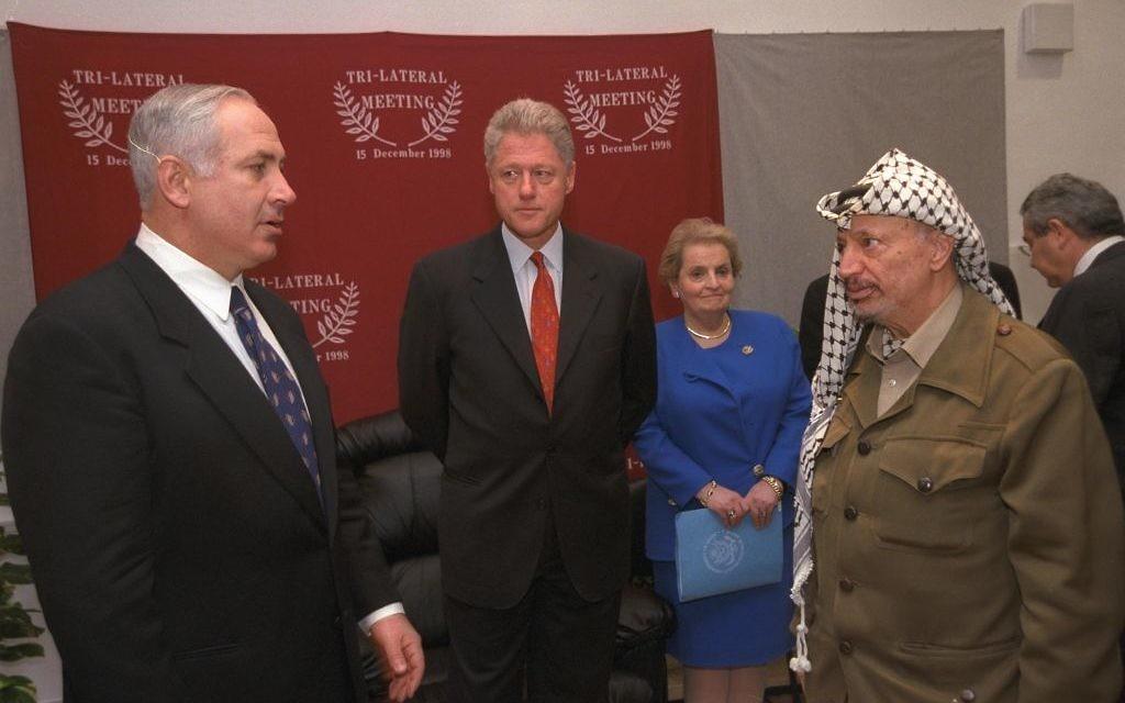 Le président américain Bill Clinton, le Premier ministre Benjamin Netanyahu et le chef de l'Autorité palestinienne Yasser Arafat pendant une réunion trilatérale au poste-frontière d'Erez, entre Israël et la bande de Gaza, en décembre 1995. (Crédit : Avi Ohayun/GPO)
