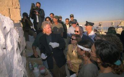 Bill Clinton, alors président américain, au sommet de Massada devant le Premier ministre Benjamin Netanyahu et son épouse Sara, en décembre 1998. (Crédit : Avi Ohayon/GPO)