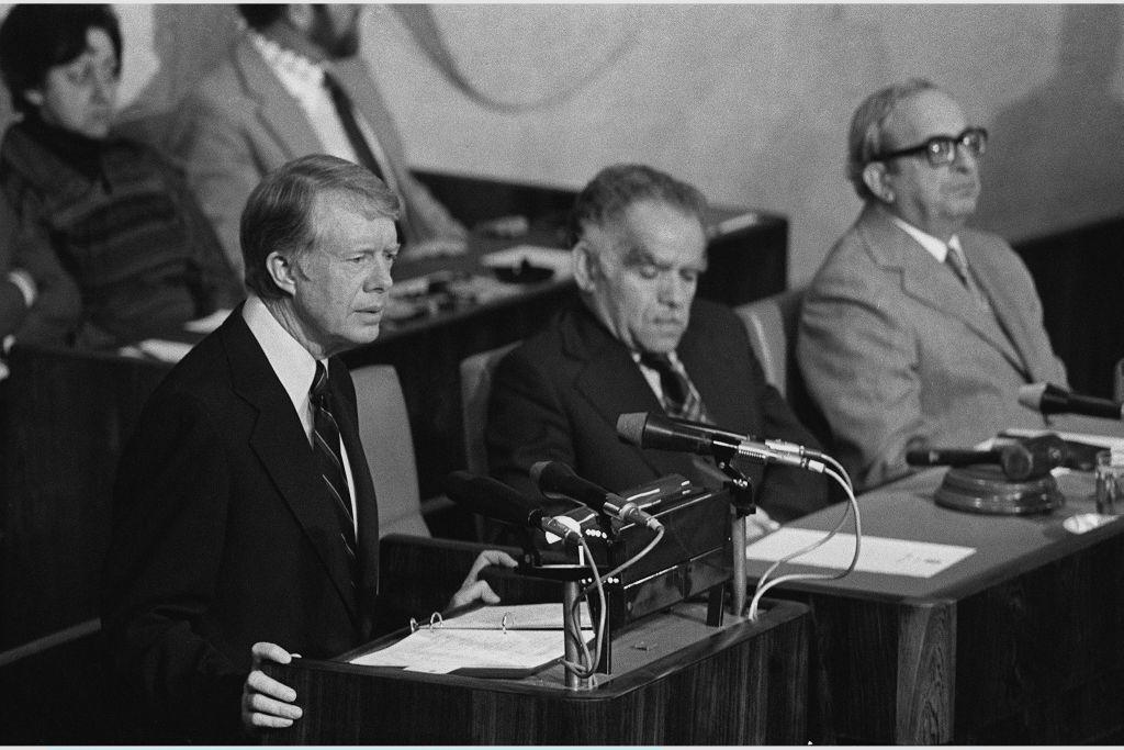 Le président américain Jimmy Carter, à gauche, devant la plénière de la Knesset, à Jérusalem, en mars 1979. (Crédit : Yaacov Saar/GPO)
