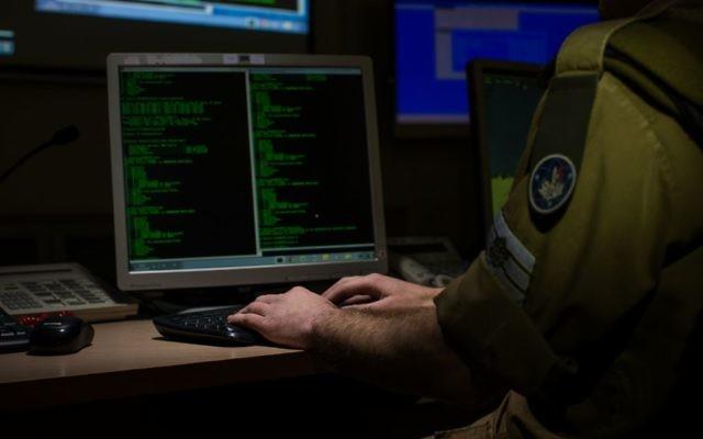 Un soldat de la division C4I de l'armée israélienne devant un ordinateur. Illustration. (Crédit : unité des porte-paroles de l'armée israélienne)