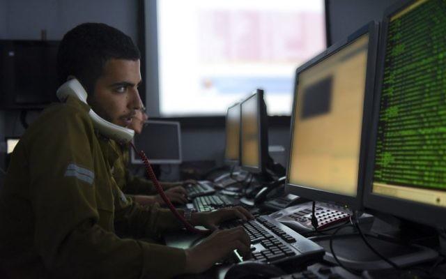 Un soldat de la division C4I de l'armée israélienne. Illustration. (Crédit : unité des porte-paroles de l'armée israélienne)