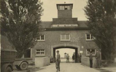 """Une photo prise par Sus Ito, derrière laquelle il est écrit """"le camp de prisonniers de Dachau (Crédit :Sus Ito Collection, Japanese American National Museum)"""