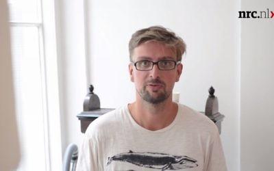Capture d'écran de la vidéo de Derk Walters, un journaliste néerlandais pour le quotidien NRC Handelsblad (Crédit : YouTube / NRC)
