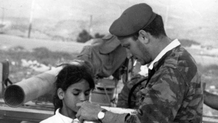 Le sergent Eliezer Sheffer partageant de l'eau avec Basima Shafiq avant de la raccompagner à sa maison à Jérusalem en juin 1967 (Crédit : Autorisation d'Aharon Zukerman / JTA)