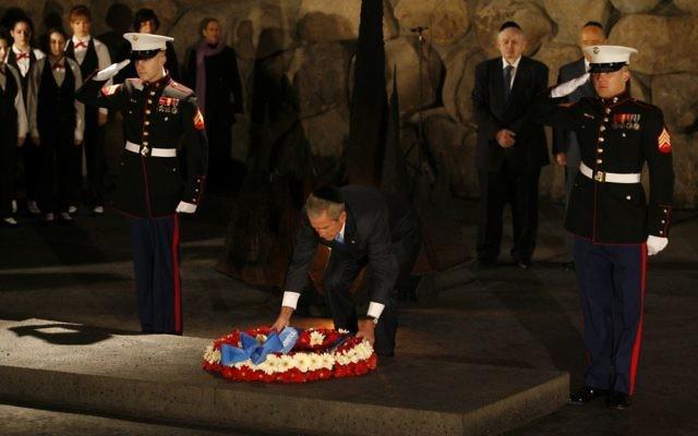 Le président américain George W Bush dépose une gerbe de fleurs à la mémoire des six millions de victimes juives de la Shoah, à Yad Vashem, à Jérusalem, le 11 janvier 2008. (Crédit : Michal Fattal/Flash90)