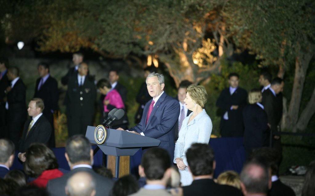 Le président américain George W. Bush et son épouse Laura Bush au musée d'Israël à Jérusalem, en 2008. (Crédit : Yossi Zamir/Flash90)