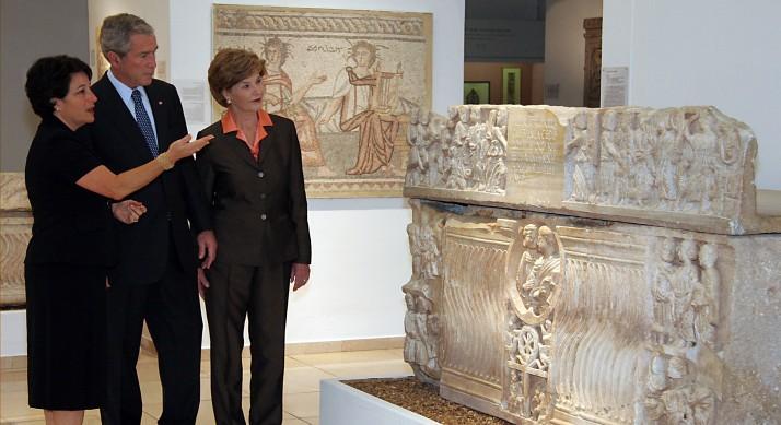Amanda Weiss, à gauche, guide le président américain George W Bush et son épouse Laura Bush pendant leur visite du musée de la Terre de la Bible à Jérusalem, le 16 mai 2008. (Crédit : Isaac Harari/Flash90)